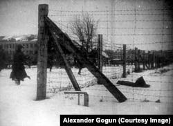 Ограда самого большого в Европе нацистского лагеря военнопленных, околицы города Славута в Украине (Stalag 301/Z). В этом лагере агентура ГРУ применяла против немецких охранников и полиции сыпной тиф