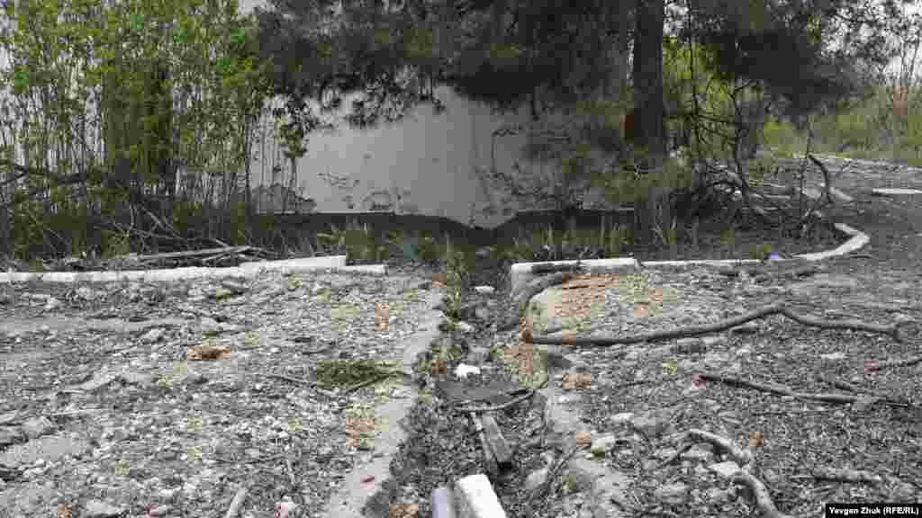 На территории много траншей – мародеры достали из-под земли водопроводные трубы и электрические кабели