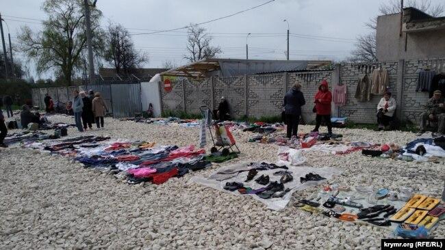 Площадка, отведенная для блошиного рынка, отсыпана крупным щебнем