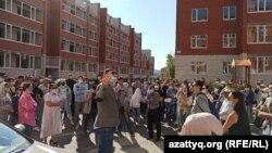 Дольщики в Уральске требуют достроить жилой комплекс, расположенный, как выяснилось, в санитарной зоне промышленного предприятия. Западно-Казахстанская область, 30 августа 2021 года