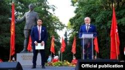 Жанарбек Акаев и Омурбек Текебаев на съезде партии «Ата Мекен». Бишкек, 17 августа 2020 года.