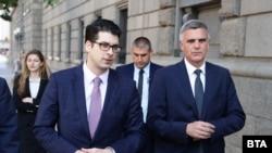 Атанас Пеканов и Стефан Янев вървят пеша към Народното събрание, където се провежда първата сесия на новия парламент на 21 юли 2021 г.