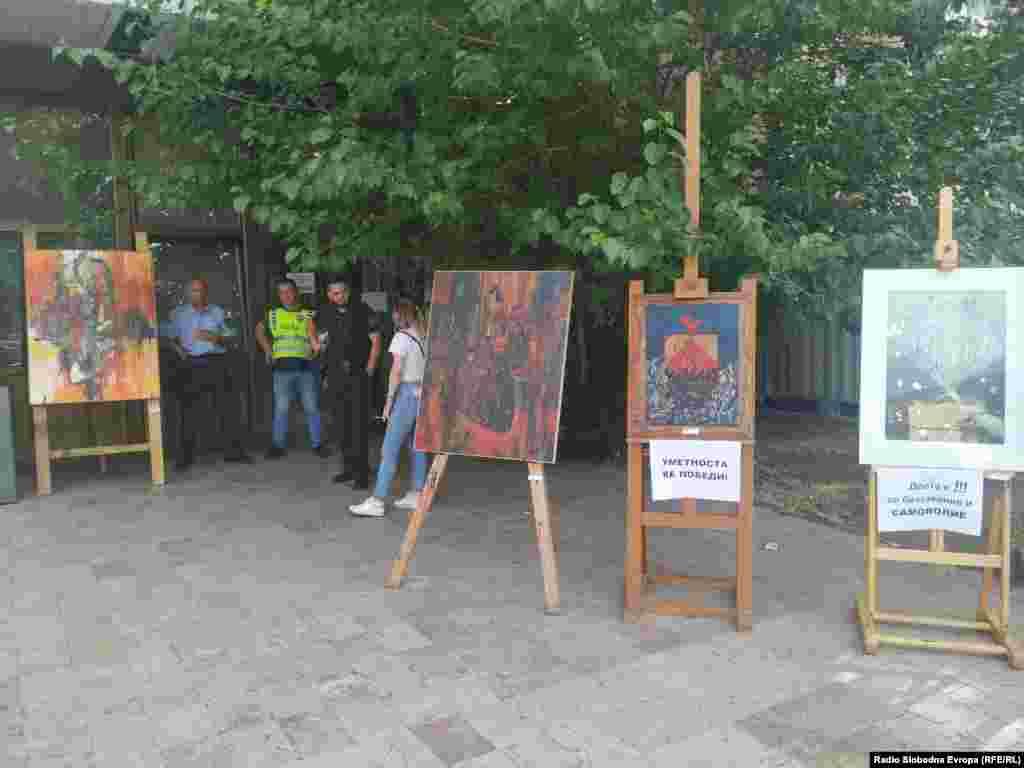 """Професорите од средното уметничко училиште """"Лазар Личеновски"""" протестираат пред МОН"""