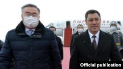 Президент Кыргызстана Садыр Жапаров (справа) и министр иностранных дел Казахстана Мухтар Тлеуберди. Аэропорт города Нур-Султана. 2 марта 2021 года.