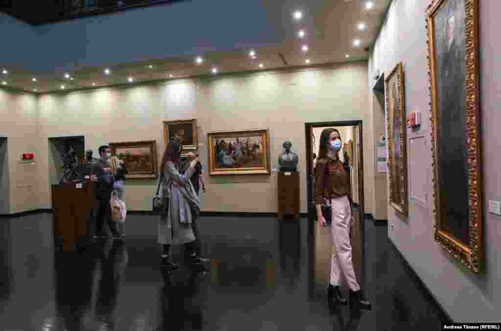 Vizitatori la Muzeul Colecțiilor de Artă din București.