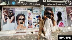 20 августа, Кабул. Талибы замазали вывески салонов красоты