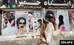Понівечені зображення жінок на рекламних постерах. Кабул після приходу талібів. Афганістан, 20 серпня 2021 року