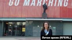 """Ивета Банкова пред паметника на легендарния сър Мат Бъзби на стадиона на Манчестър Юнайтед """"Олд Трафорд"""""""