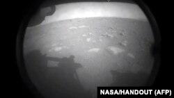 Первый снимок, сделанный марсоходом Perseverance после приземления на Марсе.