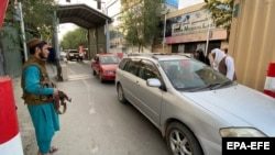 """Soldații talibani verifică vehiculele de la intrarea în """"zona verde"""" unde se află majoritatea ambasadelor din Kabul."""