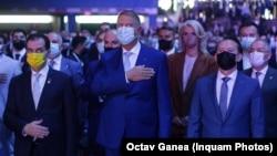 Prima victorie obținută de președintele Klaus Iohannis a fost alegerea lui Florin Cîțu în fruntea PNL, chiar cu riscul ruperii Guvernului și declanșarea unei crize politice. Imagine de la Congres cu Ludovic Orban, Klaus Iohannis și Florin Cîțu. 25 septembrie 2021.