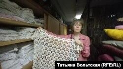 Светлана Устинова показывает вязаные скатерти
