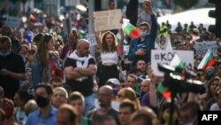 Хиляди българи протестираха срещу корупцията и с искане за оставка на правителството през 2020 г.