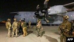 Франциянын аскерлери француз жана ооган жарандарын чыгарып кетүүдө коопсуздукту сактоо үчүн Кабул аэропортунда турушат. 17-август, 2021-жыл.