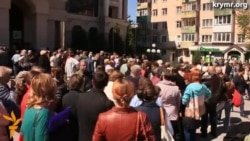 Клиенты ПриватБанка в Симферополе стоят в громадных очередях