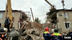 Спасатели работают на месте обрушения подъезда из-за взрыва газа в жилом доме Ельце Липецкой области 11 сентября 2021 года