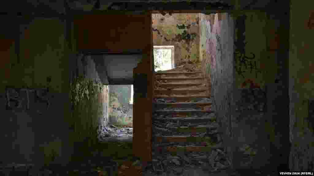 Лестница засыпана обломками шифера и штукатурки