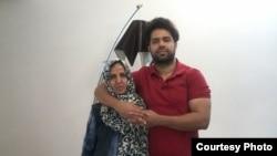 بتول حسینی در کنار پسرش، بهنام محجوبی