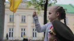 Маленька жителька Луганщини підняла державний прапор у Львові (відео)