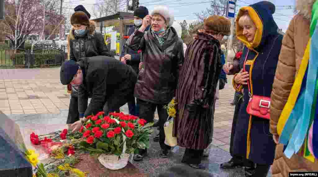 Крымчане крестились и молились перед памятником, Симферополь
