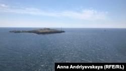 Острів Зміїний у Чорному морі, кадр із борту українського військового гелікоптера. Фото Анни Андрієвської