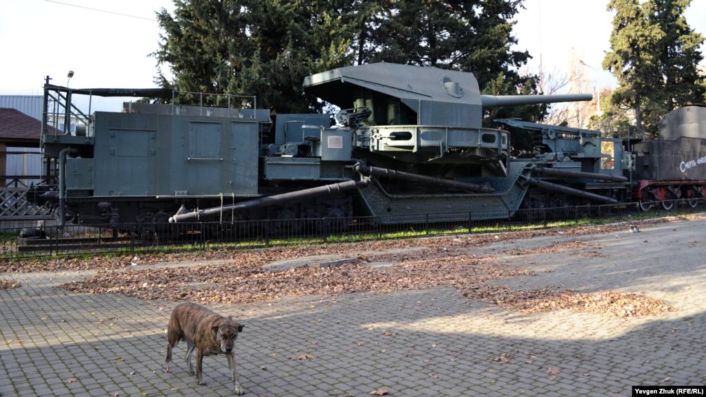 На площади Ревякина самый заметный объект – это бронепоезд «Железняков» или Броневой поезд №5, активно участвовавший в обороне Севастополя 1941-1942 годов