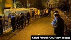 Coadă de la secția de votare din Iași, unde alegătorii stau cel puțin două ore pentru a ajunge la urne