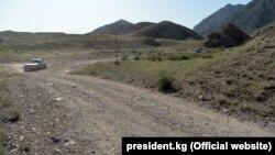 Дорога в приграничном районе Баткенской области. Иллюстративное фото.