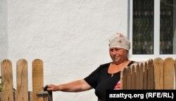 Пенсионерка Людмила Белоусова у своего дома. Село Радовка Акмолинской области, 6 августа 2021 года