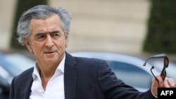 Bernard-Henri Levy filozófus a francia elnökkel való találkozójára érkezik meg 2019-ben.