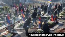 2020-жылдагы Тоолуу Карабак чатагында каза болгондорду жерге берүү зыйнаты.
