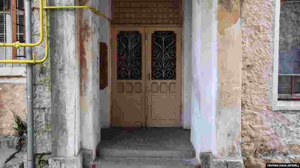 А ці старовинні фільончасті двері, на щастя, вціліли