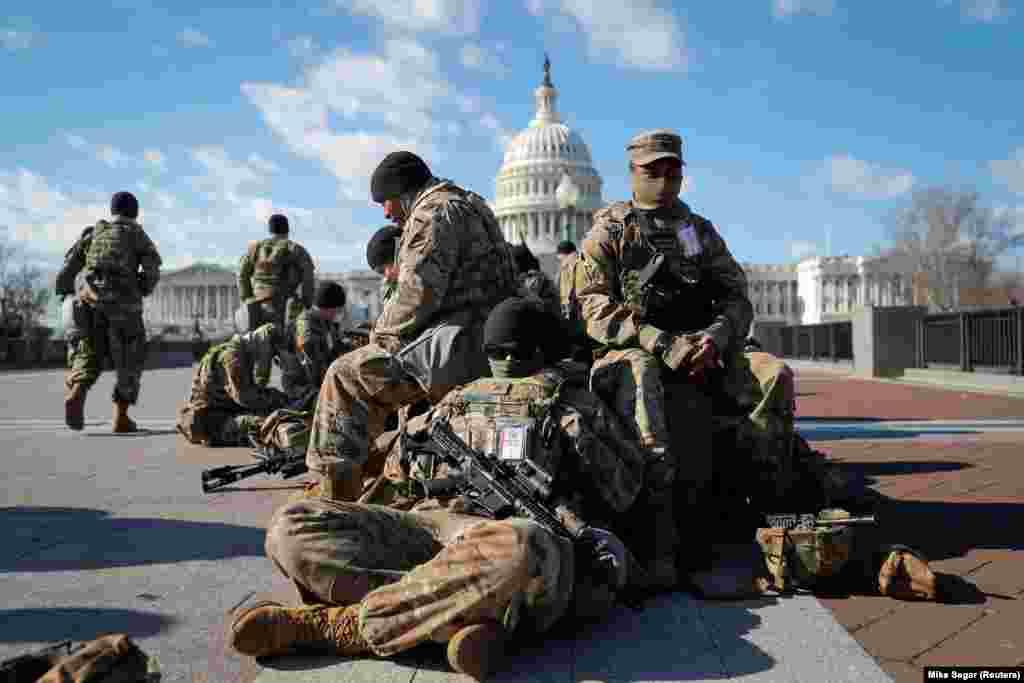 Войска Национальной гвардии собираются перед Капитолием США за день до инаугурации избранного президента Джо Байдена в Вашингтоне, США, 19 января 2021 года