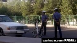 Туркменистан. Полицейские в масках на улице. 2020 г