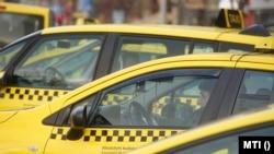 Taxik várakoznak Budapesten, az Andrássy út és a Bajcsy-Zsilinszky út kereszteződésénél 2016. január 19-én
