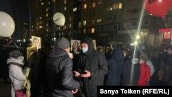 Встреча протестующих жителей жилых комплексов «Сармат», «Инфинити» и «Номад» с заместителем акима Нур-Султана Нурланом Нуркеновым (в центре). Нур-Султан, 4 ноября 2020 года.
