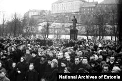 Толпы собираются вокруг памятника Сталину после того, как в марте 1953 года было объявлено о его смерти. Памятник, который стоял у входа в Старый город Таллинна, сейчас хранится в музее под открытым небом вместе с другими статуями коммунистической эпохи.