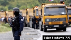 Policët e Kosovës shihen në Jarinjë, ku serbët kanë bllokuar rrugët që çojnë në këtë pikë kufitare.