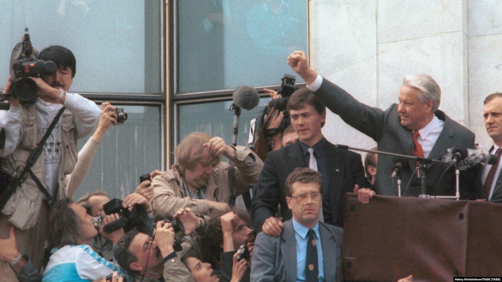 Ельцин на балконе Белого дома. 22 августа 1991 года. В середине внизу - Монтсеррат Думенак
