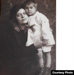 Mircea Carp cu mama sa