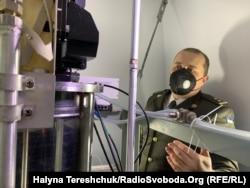 "Володимир Власенко показує ""серце"" телескопу"