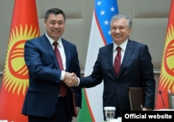 Border issues were one of the main topics when Kyrgyz President Sadyr Japarov (left) traveled to Tashkent on March 11-12 and met with Uzbek President Shavkat Mirziyoyev.