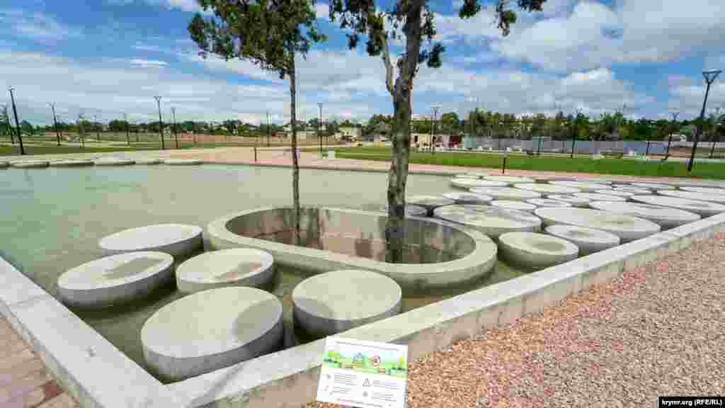 У так званому тематичному фонтані з бетонними колами просять не купатися, не плескатися, оскільки вода оброблена небезпечними для здоров'я реагентами