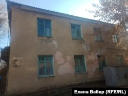 The emergency house in Zhezkazgan, where cracks are visible on the walls
