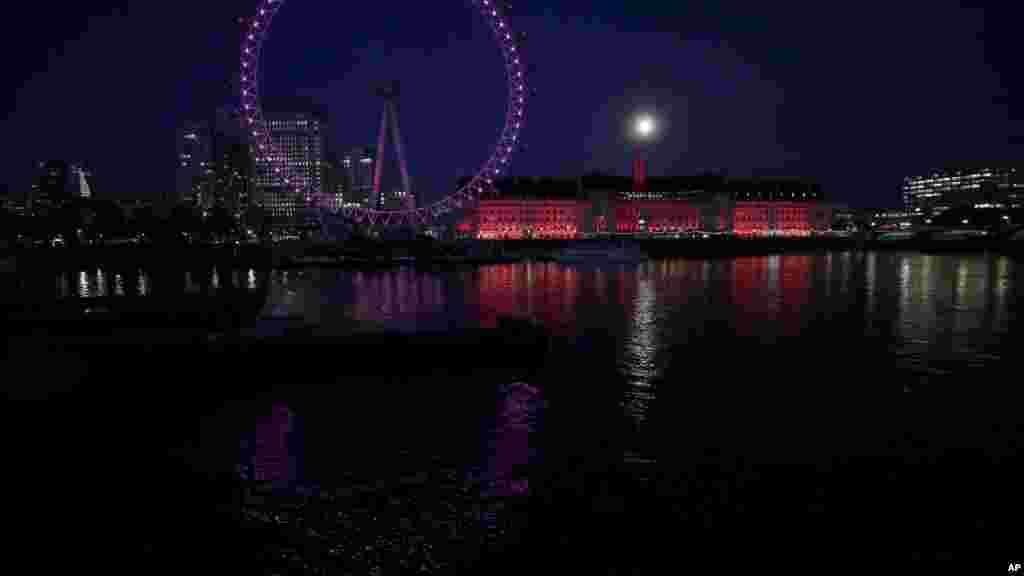 Суперлуние над Темзой