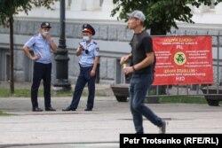Полицейские дежурят на месте предполагаемого митинга. Алматы, 6 июля 2021 года
