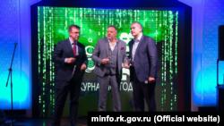 Генеральный продюсер телеканала «Крым 24» Олег Крючков (в центре) с российским главой Крыма Сергеем Аксеновым (справа)