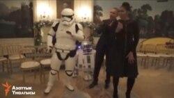 """Барак и Мишель Обама танцуют с персонажами киносаги """"Звездные войны"""""""