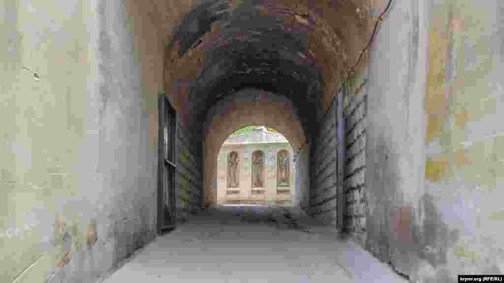 Щоб потрапити на територію монастиря, потрібно пройти залізничним тунелем, після чого вийти до стіни із зображеннями святих