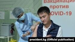 Сын президента Садыра Жапарова Рустам получает вакцину от коронавируса. 23 июля 2021 года.
